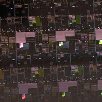 Nærbilde av en silisiumskive med en rekke brikker produsert ved IBM Research' Albany-anlegg ved hjelp av 2 nanometers prosessteknologi.