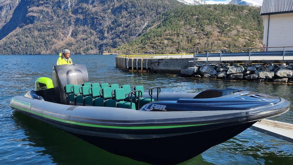 Frank Ole Bonsaksen i selskapet Green Fjords tester ut den nye helelektriske turistbåten som de skal bruke til å guide 12 turister av gangen på fjorden utenfor Hellesylt