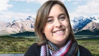 Portrett av Kristine Bjørnstad med fjell i bakgrunnen.