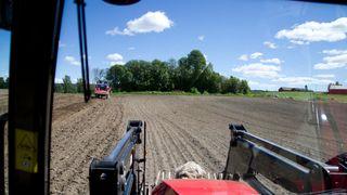 Bonde Einar Dyste har 15 autonome traktorer på gården