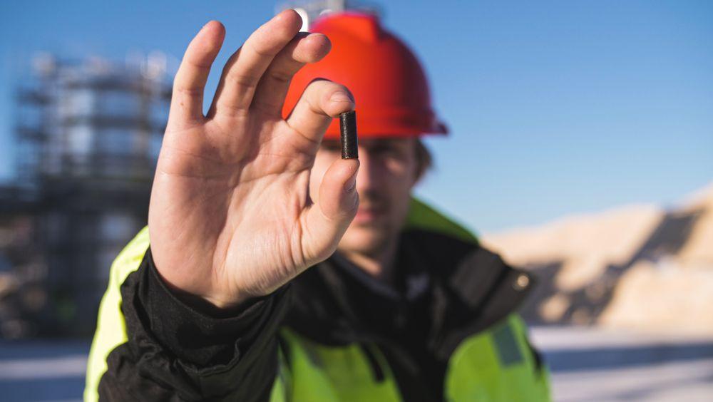 Verdifull: Produktet Arbacore, som adm. direktør i Arbaflame, Bjørn Halvard Knappskog viser fram, har ulike avfallsfraksjoner som råstoff og kan erstatte kull både til energiproduksjon og i industrien.