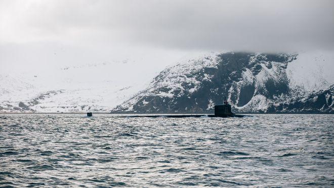 Amerikansk atomdrevet ubåt på vei inn til Tromsø – eskorteres av norsk kystvaktskip