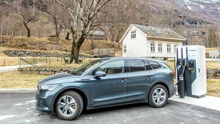 Biler som Skoda Enyaq vil bli billigere å produsere enn tilsvarende fossilbiler i 2027, ifølge en ny rapport fra Bloomberg NEF. Dermed kan elbilene bli avhengige av subsidier i flere år framover, før de økonomisk alene konkurrerer med fossilt drevne biler.