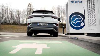 – Enova tar feil i sin hypotese om at bedre rekkevidde gir mindre ladekø. Nettopp på grunn av bedre rekkevidde på nye elbiler ser vi at stadig flere velger elbilen når de skal på langtur, skriver innsenderen.