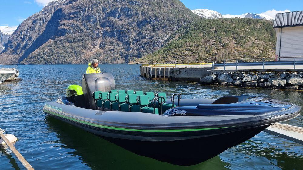 Tilbyr elturisme: Frank Ole Bonsaksen og familien tilbyr turister omvisning i den nye helelektriske båten. Den veier ikke mer enn 1320 kilo inklusive motor og batterier takket være skroget i karbonfiber.