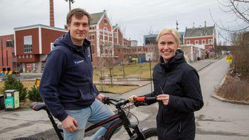 – Med sporingsenheten montert i sykkelstyret, skal det bli lettere å gjenfinne sykler som stjeles i byene, sier Birgitte Sunde. Her med Viggo Henriksen.