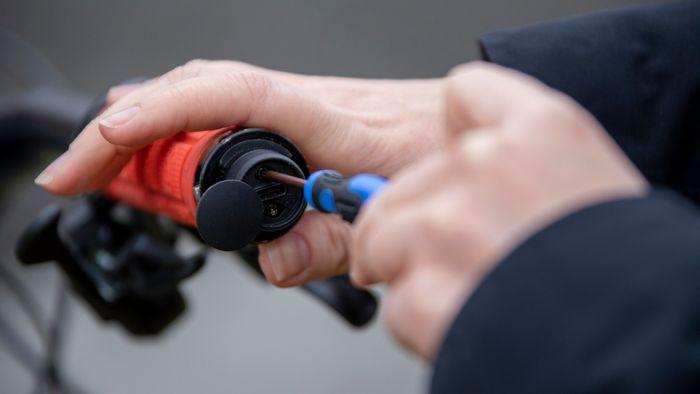 Sporingsenheten låses fast ved hjelp av spesialverktøy som skiftes ut med jevne mellomrom.