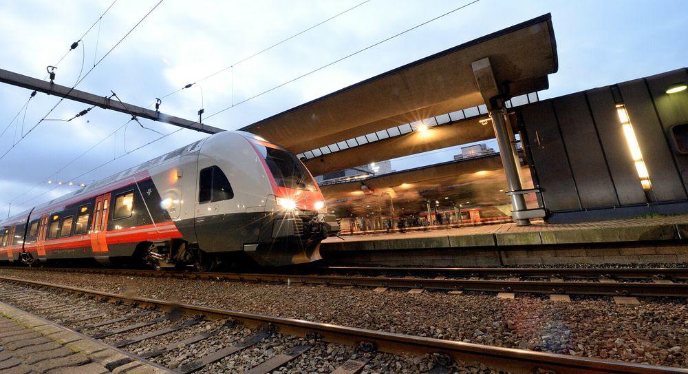 Kostnadsrammen for Intercity gjennom Moss ble offisielt økt med 7 milliarder denne uken. Ved åpningen i 2026 kan Flirt-toget være det første som tester banen. Her avbildet på Oslo S.