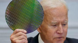 USAs president Joe Biden holder opp en silisiumskive med databrikker på et nettmøte om halvledermangel 12. april.