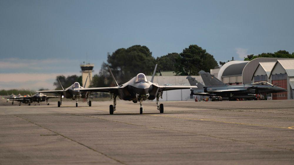 Seks F-35A fra 4th Fighter Squadron på Hill AFB takser forbi tre franske Dassault Rafale på Mont-de-Marsan mandag 10. mai.