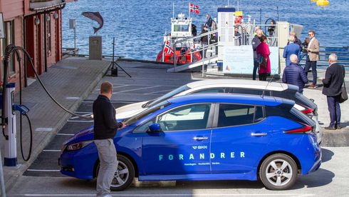 Bildet viser hvordan den kombinerte lynladeren er organisert. Innen en radius på 20-30 meter kan du lade bilen på land og båten ute ved kaien.