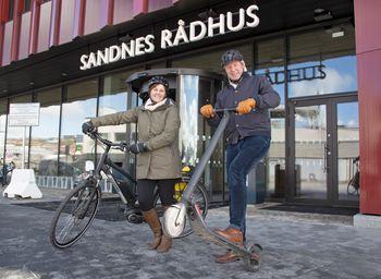 Anne Lise Falch Anfinsen og Trond Kjærstad er positive til at elsyklene skal få selskap av elsparkesykler i Sandnes. – Vi er opptatt av å få på plass et bedre tilbud for mikromobilitet. Men det må ikke gå på bekostning av trafikksikkerhet og framkommelighet på fortauene, sier Kjærstad