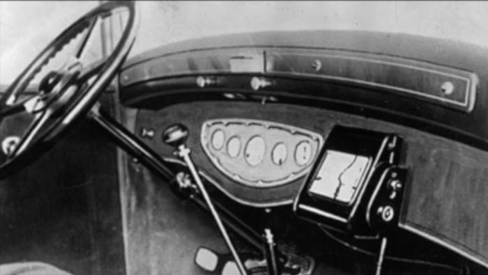 Rundt 1930 fant italienerne opp Iter-Auto, et system der lange kartruller ble skrollet gjennom et apparat.