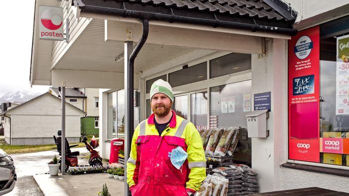 Henrik Åkre er beboer på Haramsøy med samboer, to barn og nyrenovert hus. Han hevder nesten alle på øya er motstandere av vindkraft.