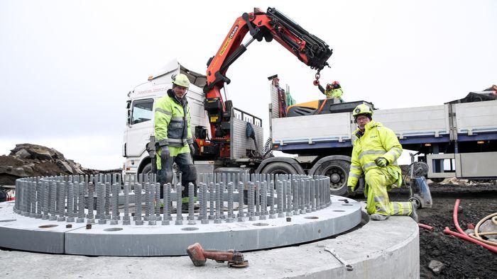 Anleggsarbeiderne Torbjørn og Gunnar Leknes er her for å gjøre en jobb for arbeidsgiver NCC. Det har vindkraftmotstanderne respekt for og tonen er gemyttlig.
