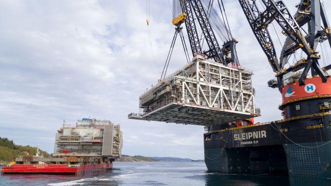 Sleipnir har her løftet den 5400 tonn tunge prosessmodulen til Johan Sverdrup (P2) bort fra transportlekteren.