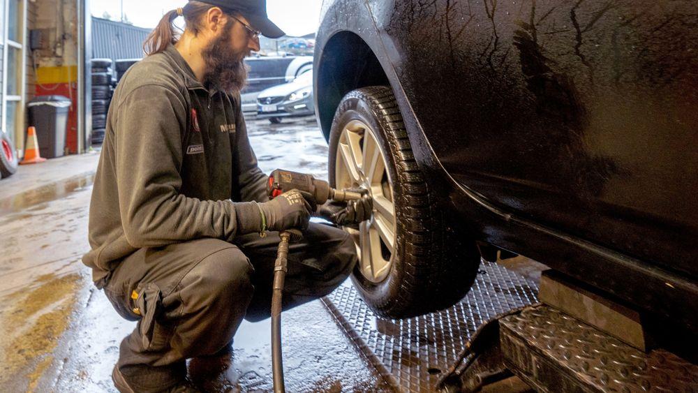 Dekkmontør Lénaïc Alain snører nye sko på en Nissan Leaf. Akkurat denne bilen er beviset på at elbildekk kan vare lenge ved sindig bruk – det er de ni år gamle originaldekkene som her skiftes.