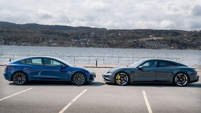 Tesla Model 3 Performance og Porsche Taycan Turbo S.