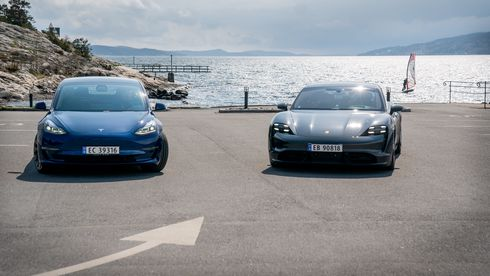 Tesla Model 3 Performance og Porsche Taycan Turbo S.