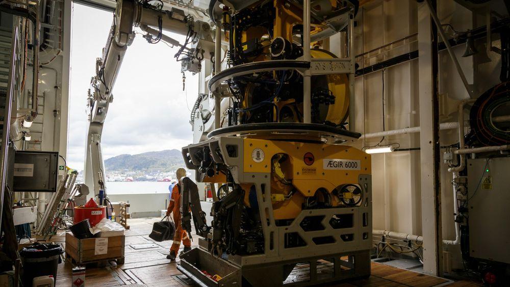 Bildet viser hangarportene i åpen tilstand mens ROVen Ægir 6000 skal settes ut.