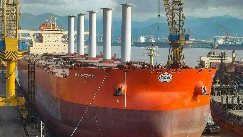 Det 340 meter lange og 62 meter brede malmskipet Sea Zhoushan med de fem rotorseilene fra Norsepower på vei ut av dokken ved verftet i Kina, mai 2021.