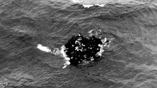 Overlevende klamrer seg til en livbåt etter ulykken der Komsomolets gikk ned sørvest for Bjørnøya i 1989.