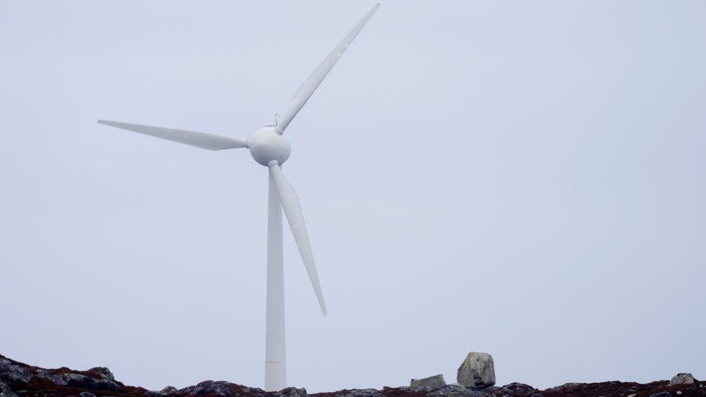Den ene av to vindturbiner på Utsira. Helge Ryggvik ved UiO mener oljeingeniører har overførbar kompetanse for vindbransjen.