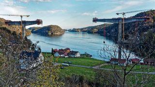 Trysfjordbrua langs E39 mellom Kristiansand og Mandal under bygging. Det er en fritt frambygg-konstruksjon.