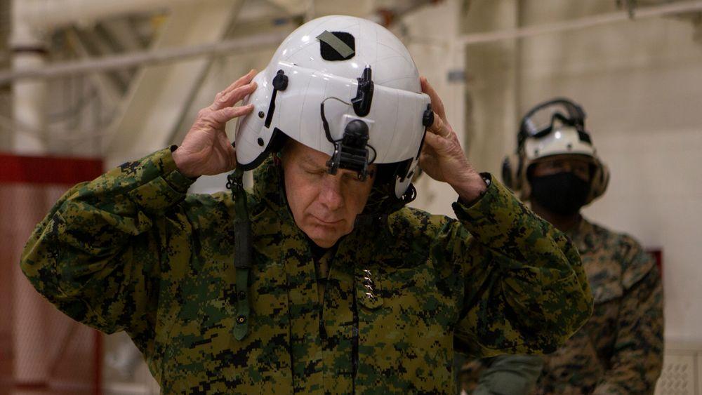 General David H. Berger, sjef for US Marine Corps, forbereder seg på en prøvetur med marinekorpsets nye CH-53K King Stallion-helikopter i mars.