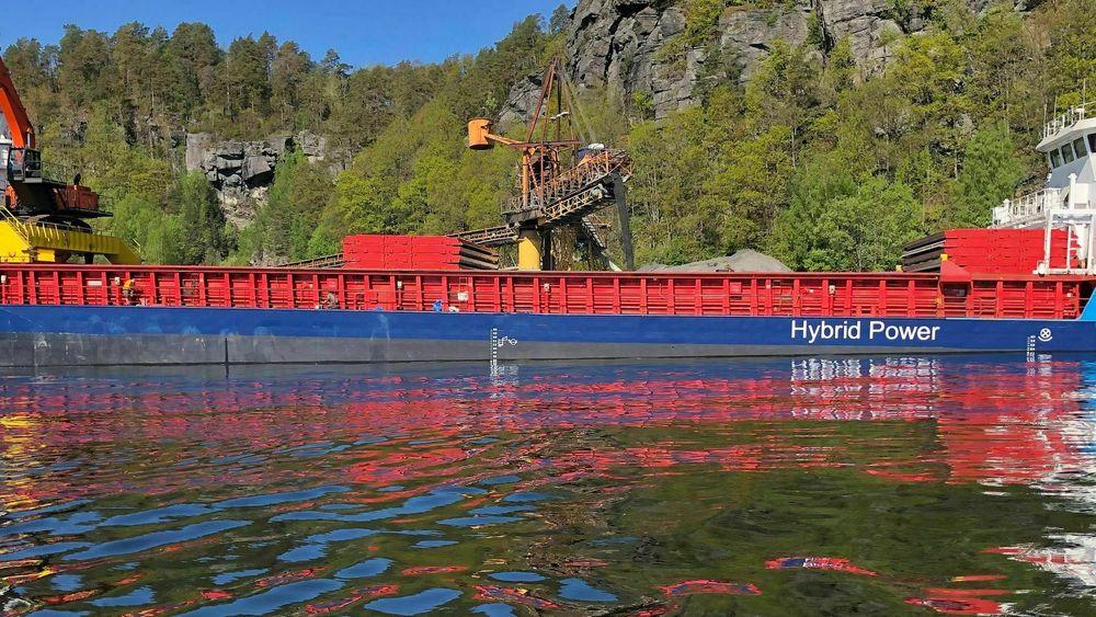 Kryssholm til kai i Kragerø mai 2021. Ombyggingen til hybrid med fire thrustere, tre generatorer, landstrøm, nytt losseutstyr, NOx-rensing og ballastvannbehandling kom  på 60 millioner kroner.