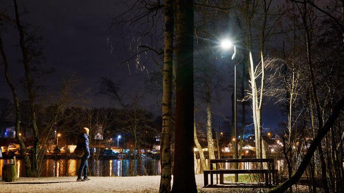 Lysene langs denne turstien ved Glomma i Fredrikstad slår seg på i mørket bare når noen beveger seg langs stien.