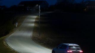 Straks det kommer et kjøretøy langs veien tennes lysene. De styres av bevegelses-sensorer. Bildet er hentet fra Høylandsveien på Jæren.