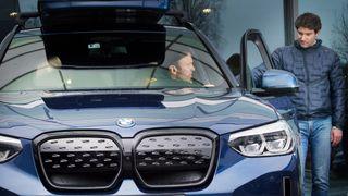 – Jeg synes det eneste rasjonelle var å kjøpe elbil da den gamle bilen måtte byttes ut, sier Håkon Gudding. Han bestilte en BMW iX3 av selger Jacob Aanonsen ved Bilia Skøyen, og var en av de første i landet som fikk modellen utlevert. – Det var et bevisst valg av en trygg bil bygget på pålitelig og kjent teknologi, akkurat slik vi ingeniører liker det, sier nybileieren med et smil.