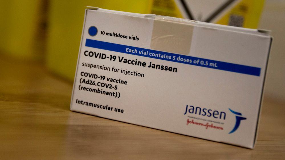 Janssen-vaksinen er utviklet i Nederland og Belgia av Janssen Pharmaceuticals, et datterselskap av det amerikanske konsernet Johnson & Johnson. Den omtales derfor både med navnene Janssen og Johnson & Johnson.its population by summer, however the schedule is reliant on the timed delivery of the vaccines. (AP Photo/Virginia Mayo)