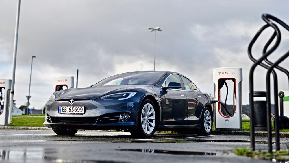 30 norske Tesla-eiere er tilkjent 136.000 kroner hver etter at bilene deres mistet ladefart etter en programvareoppdatering i 2019. Det ble resultatet etter en fraværsdom i forliksrådet nylig.