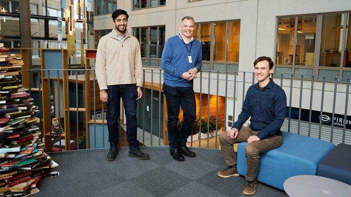Odd Sandbekkhaug har rekruttert flere NTNU-studenter som jobber som utviklere i Infiniwell – her sammen med Tobias Meyer Andersen og Dilawar Mahmood. Studentene blir deltidsansatt i bedriften.