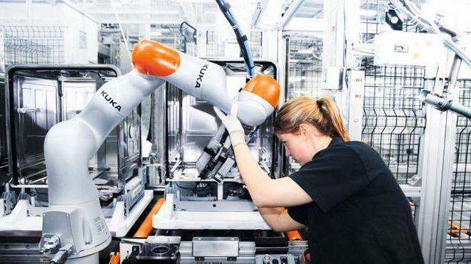 Kvinne jobber ved en tor maskin.