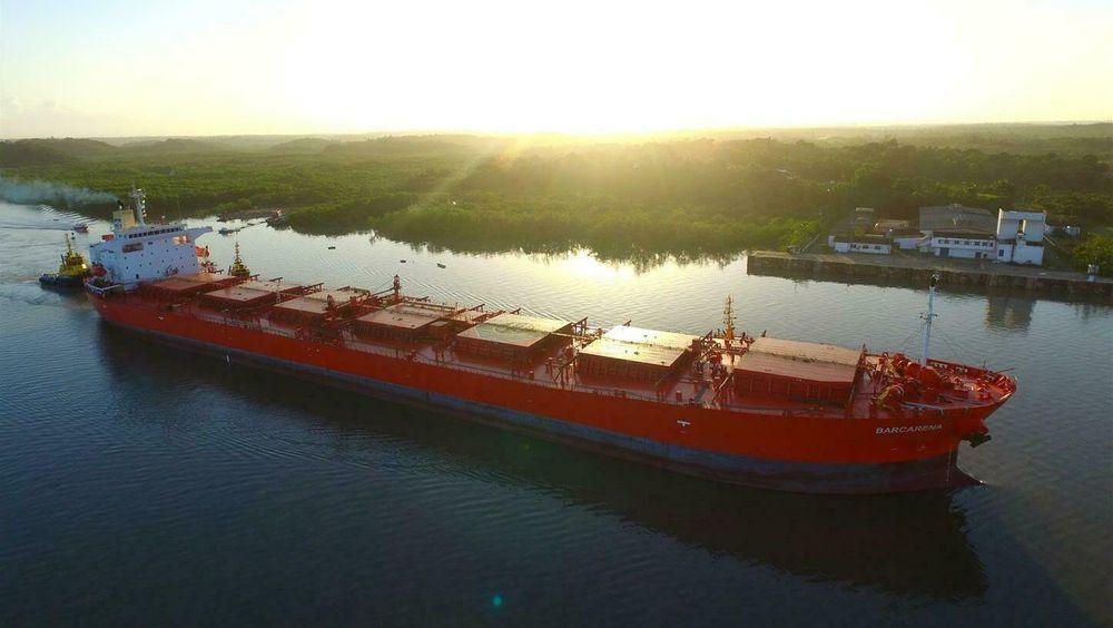 Klaveness-skipet MV Barcarena blir det første som tester ut Pinovos sandblåseteknologi for å fjerne maling.
