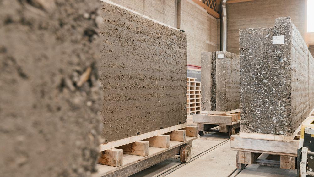 Leire med god hefteevne fungerer som bindemiddel i elementer av jord, sand og stein. Inne i elementene kan det legges rør for vannbåren varme.