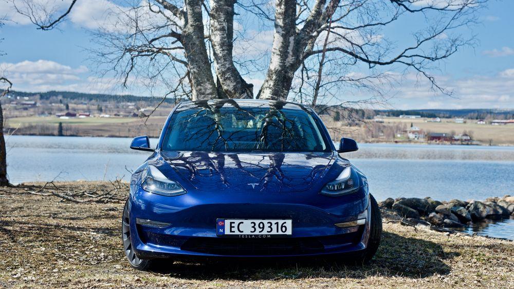 Tesla Model 3 Performance er én av modellene som har kamera som kan overvåke føreren innebygget i speilet.