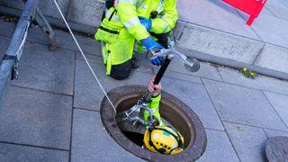 Hvordan måler man inn posisjonen til en vannledning som ligger dypt under en elv?