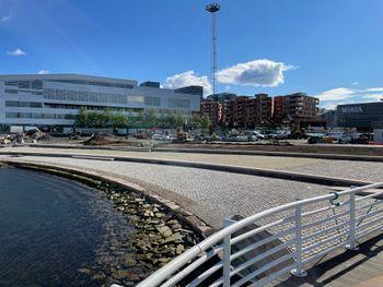 Den såkalte voksenstranda ved Operaen i Bjørvika er universelt utformet med små, faste veier som gir tilgang.