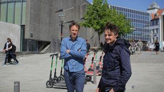 Gründerne i Stavanger-selskapet Nivel, Harald Sævareid (t.v.) og Mathias Molden, har laget en løsning som lar byer ta kontroll over sparkesykler.