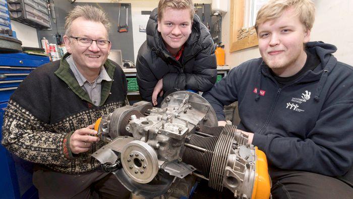 Roy Grelland har satt sammen en ny motor for sommeren, med hjelp av sønnene Atle og Even.