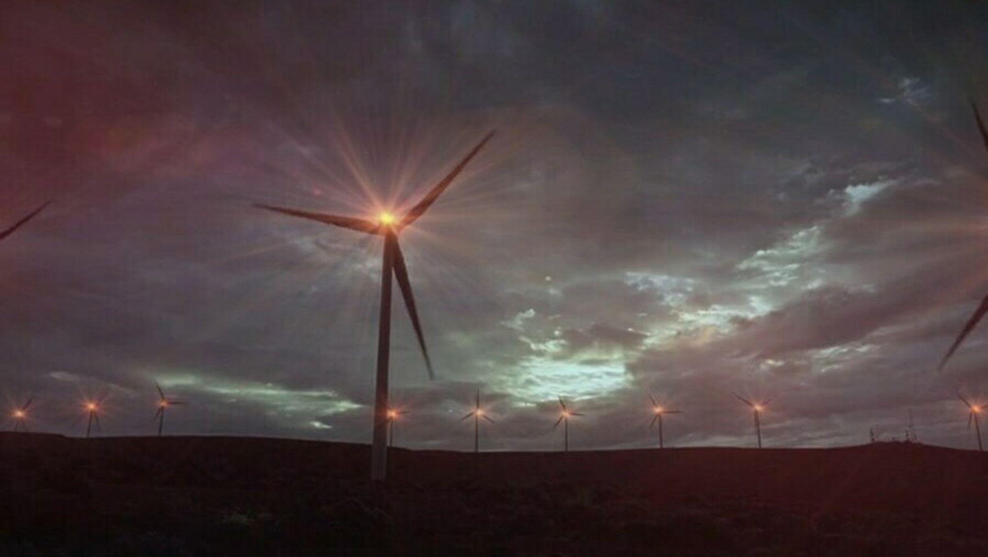 Alle vindturbiner over 150 meter har i dag krav om blinkende høyintensitetslys av hensyn til luftfarten. Men det finnes teknologi som gjør at lysene kan slå seg på bare når luftfartøy er i nærheten.