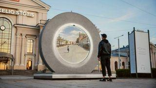 Ved hjelp av en portal plassert på togstasjonen skal innbyggerne i Vilnius kunne kommunisere med innbyggerne i Lublin i Polen.