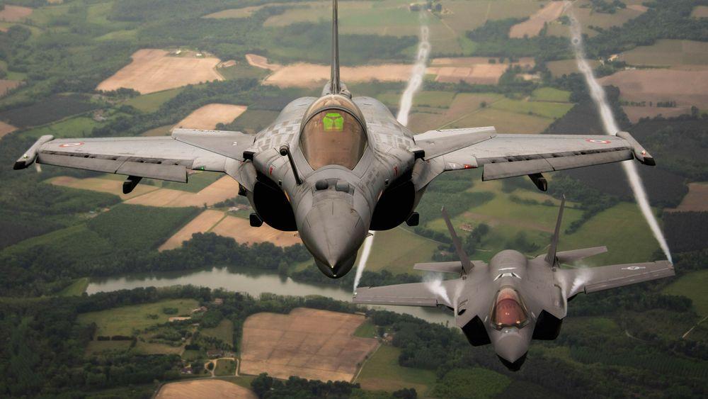 Dassault Rafale fra Armée de l'Air et de l'Espace sammen med et F-35A fra US Air Force over Frankrike i forbindelse med Atlantic Trident-øvelsen 18. mai 2021.