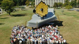 Folkemengde foran en fullskala modell av James Webb Space Telescope