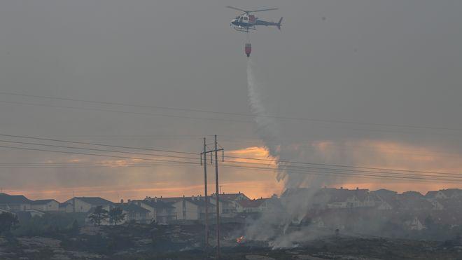 Brannen i vegetasjonen på Sotra i Øygarden kommune har spredd seg. Et helt boligfelt er evakuert.