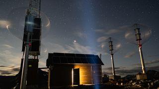 Basestasjon på Trollstigen, med elektrisitet fra vindturbiner, solceller og hydrogendrift.